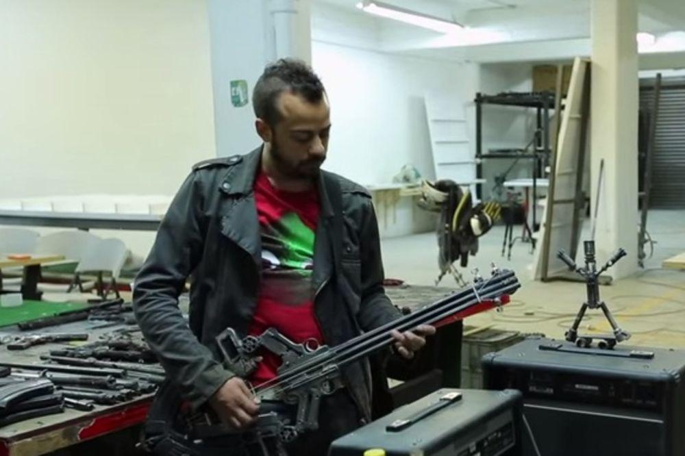 MUZIKA UMESTO PUCNJA: Od pušaka i pištolja pravi violine, gitare...