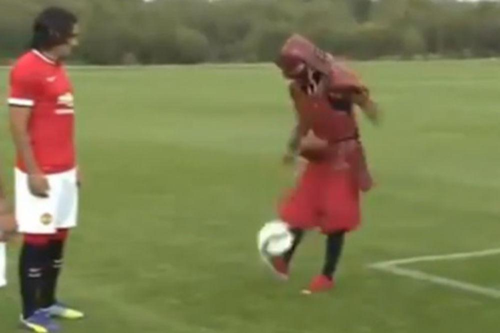 (VIDEO) SPECIJALNI GOST NA OLD TRAFORDU: Igrači Mančester junajteda dobili fudbalsku lekciju