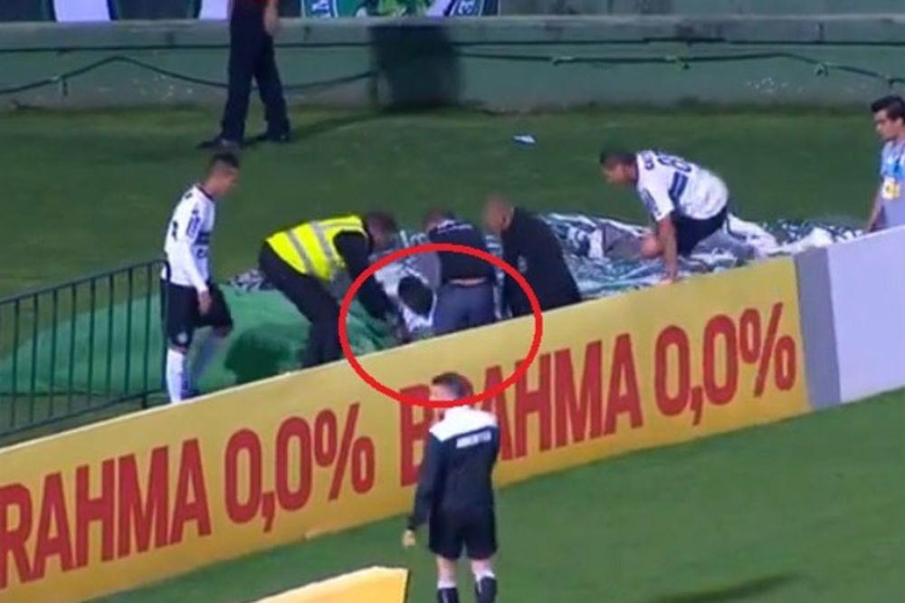 (VIDEO) KAO U CRTANOM FILMU: Fudbaler Koritibe dao gol, pa nestao u rupi iza reklama