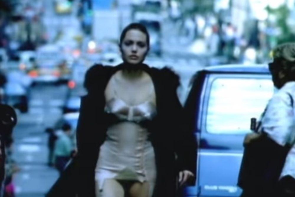 TADA SU MUŠKARCI UMIRALI ZA NJOM: Anđelina u spotu Stonsa pre 17 godina!