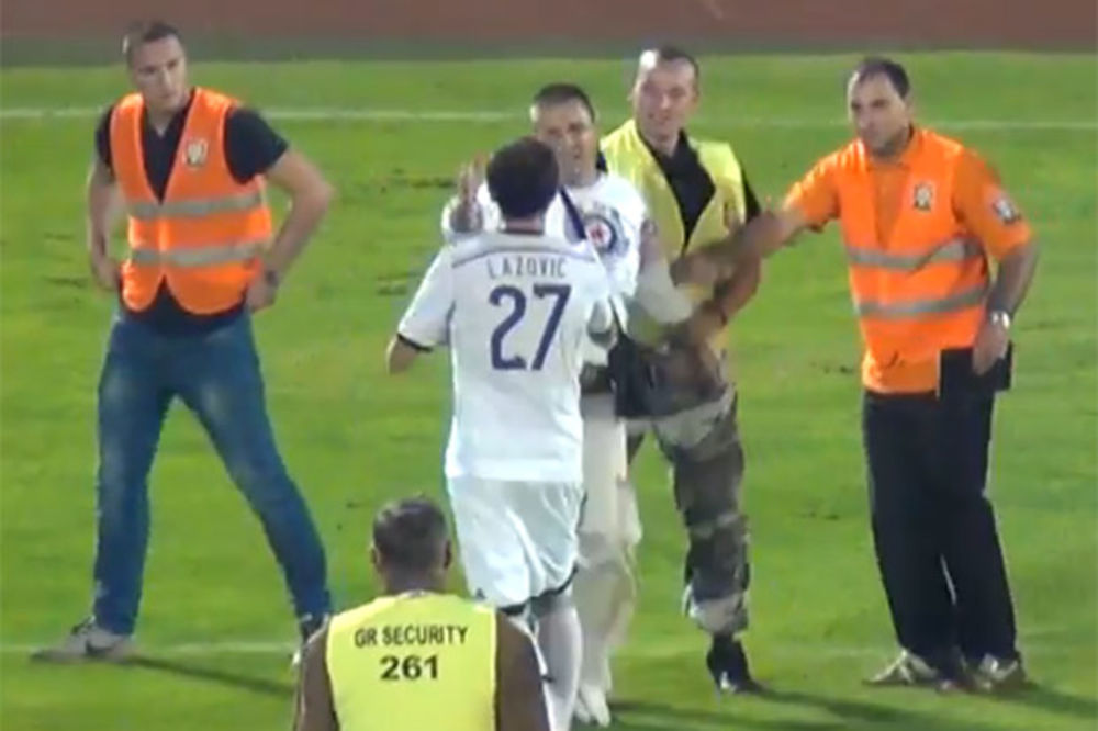 (VIDEO) IDOL GROBARA: Lazović otrgao navijača iz ruku redara i poklonio mu dres