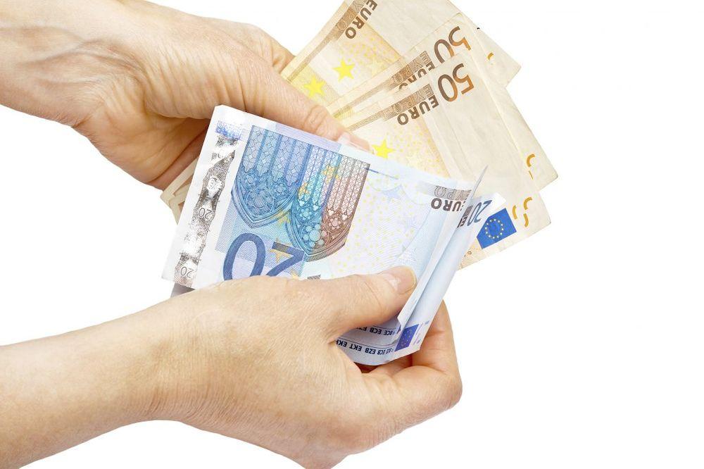 DINAR I DALJE SLABI: Evro danas 122,4 dinara