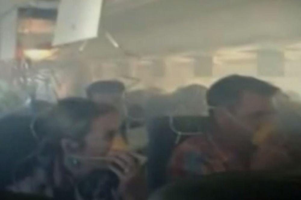 (VIDEO) UMALO DA SE UGUŠE: Avion pun dima prinudno sleteo, putnici bez maski za disanje!