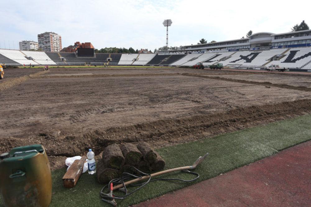 (FOTO) HUMSKA BEZ TRAVE: Počela rekonstrukcija terena na stadionu Partizana