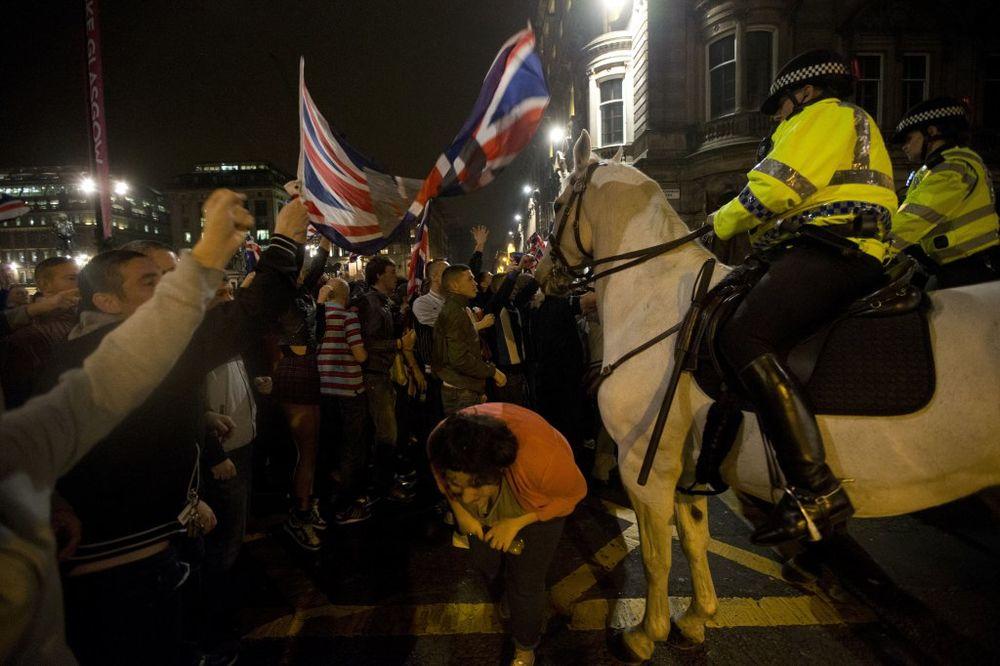 HAOS NA ULICAMA GLAZGOVA: Policija na konjima razdvajala sukobljene posle referenduma
