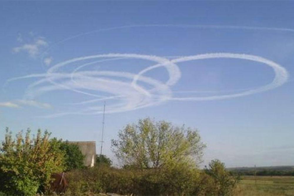 (FOTO) ŠOK U DONJECKU: Misteriozni krugovi na nebu iznad grada!