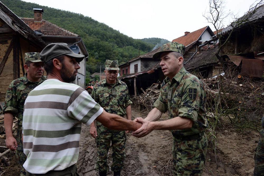 (FOTO) OVO SU HEROJI SRBIJE: Vojska bez prestanka pomaže građanima ugroženim od poplava!