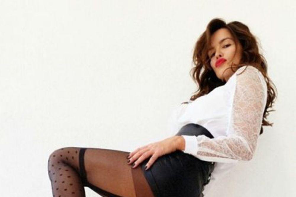 SADO - MAZO SEVERINA: Obukla kratki kožni šorts i izazovne čarape!
