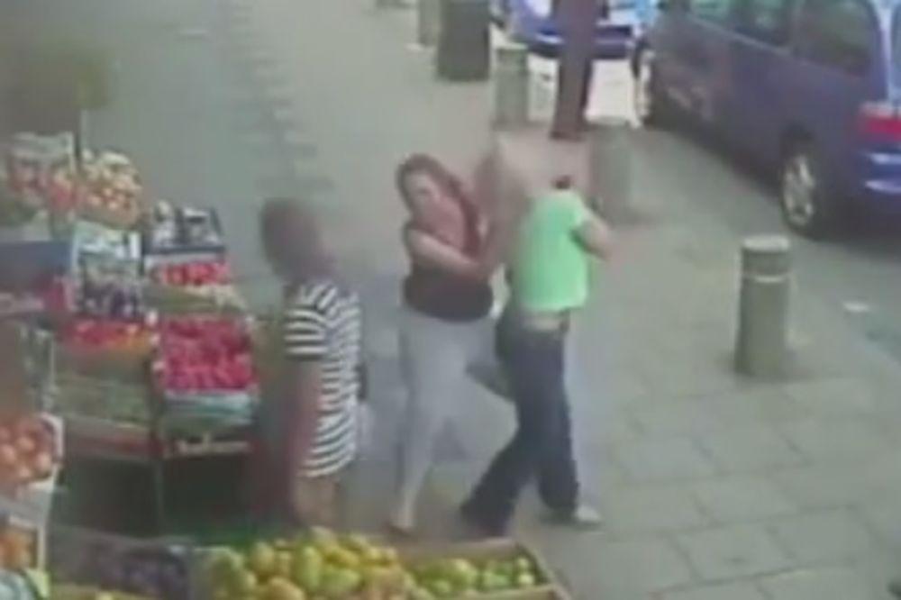 NAPAD NASRED BIRMINGEMA: Devojka saletela ženu na ulici i pretukla je! (VIDEO)