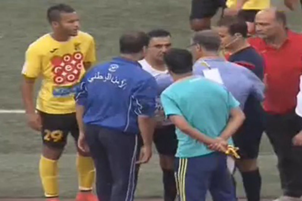 (VIDEO) NOVI FUDBALSKI SKANDAL: Sudija usred utakmice napustio teren zbog nameštanja rezultata