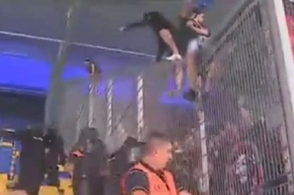 (VIDEO) RAT NA TRIBINAMA: Sukob navijača Petrolula i Steaue odložio početak utakmice