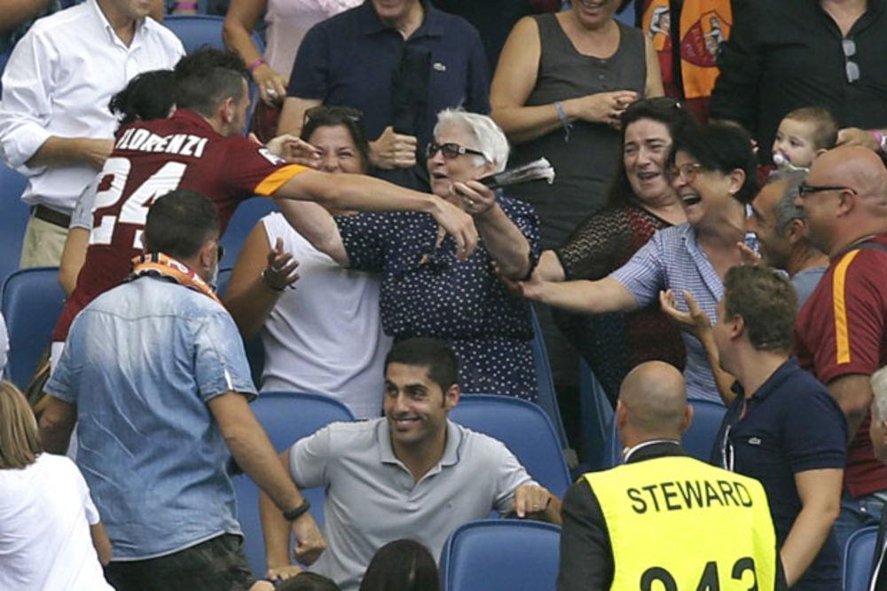 (VIDEO) BABINO UNUČE: Fudbaler Rome dobio žuti karton, jer je na tribinama slavio gol sa nonom