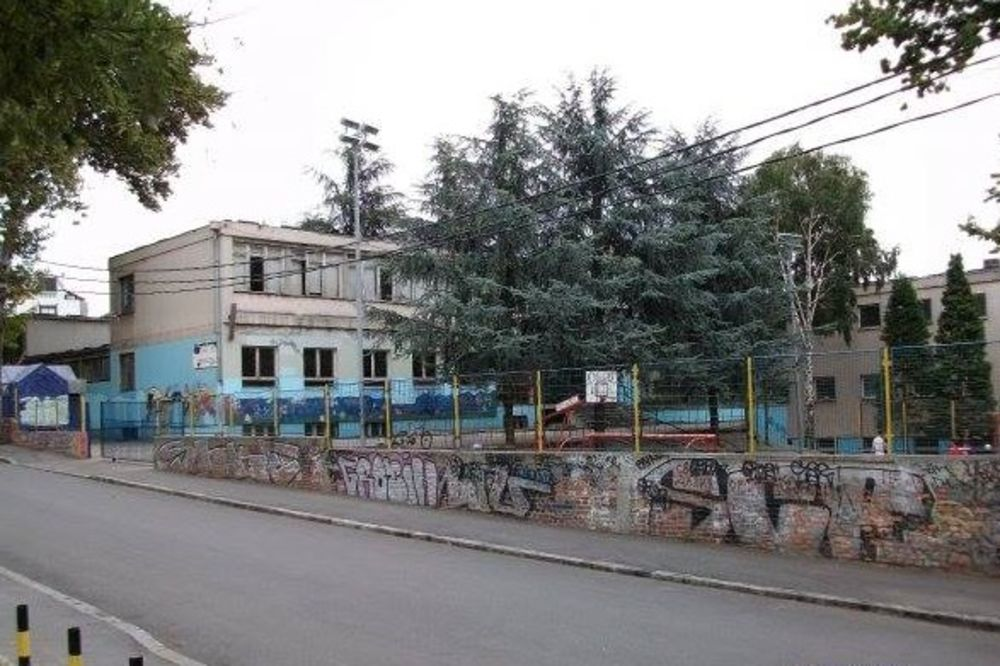 UDES NA VRAČARU: Učenika (12) udario auto ispred osnovne škole