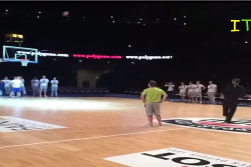 (VIDEO) ON MOŽE SVE: Toni Parker pogodio trojku iza leđa sa pola terena