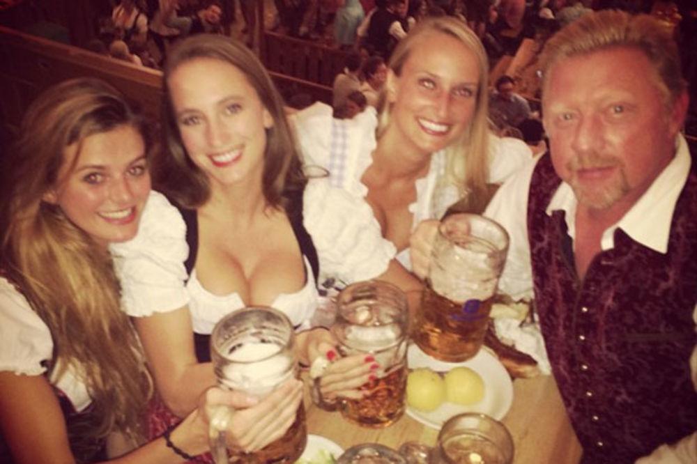 (FOTO) ŠTA LI ĆE ŽENA DA MU KAŽE: Beker na Oktoberfestu ne uživa samo u pivu