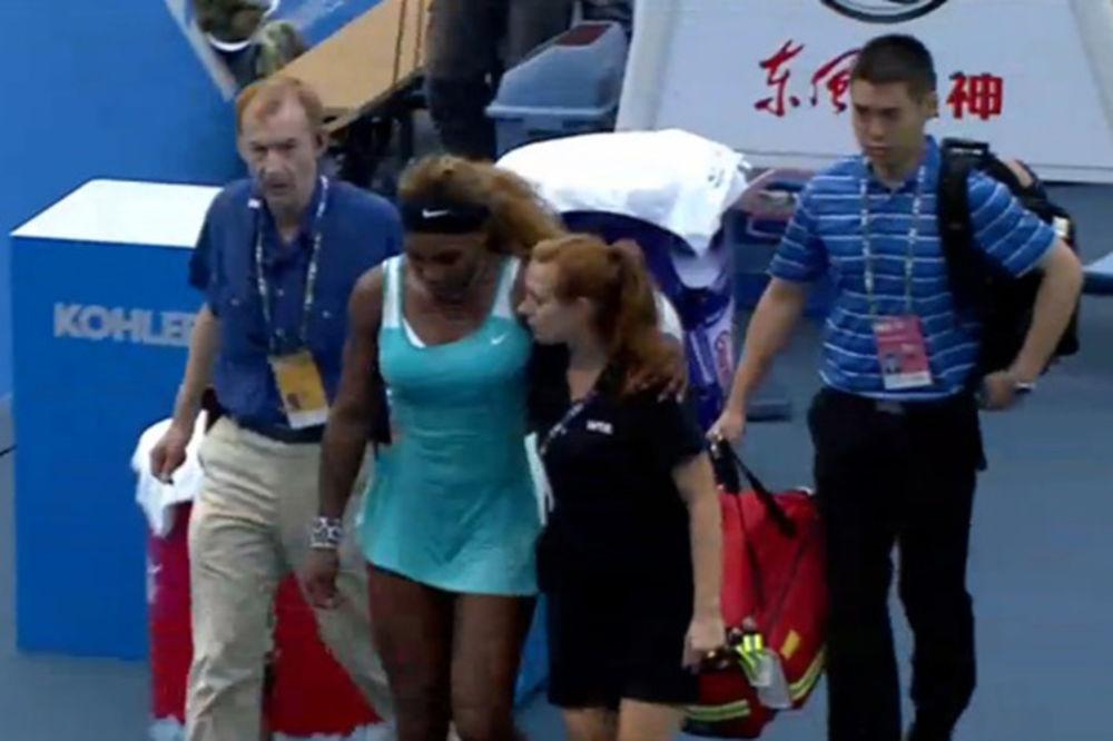 (FOTO) NOVI ZDRAVSTVENI NOKAUT: Dezorjentisana Serena ponovo predala meč zbog nesvestice