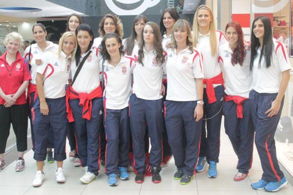 PRED PUT NA MUNDOBASKET: Košarkašice Srbije se družile sa navijačima