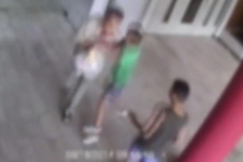 (VIDEO) SRBIJO DOTAKLA SI DNO: Dečaci razbojnici pre Raše pretukli starca koji je preminuo