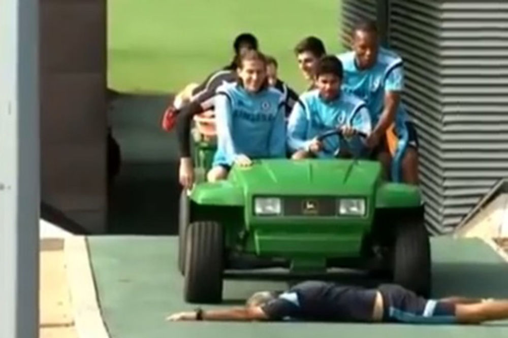 (VIDEO) FUDBALERI ČELSIJA LUDUJU NA TRENINGU: Drogba hteo da pregazi trenera, Košta ipak zakočio