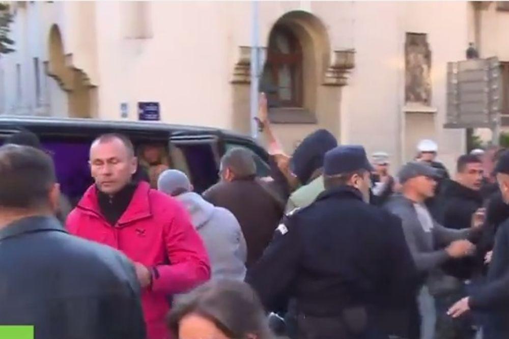POGLEDAJTE: Policija hapsi demonstrante pred Sabornom crkvom!