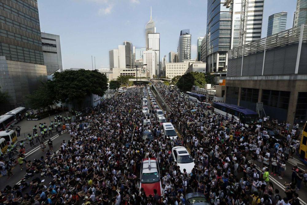 HONGKONG: Vlada povukla policiju sa ulica, protesti se smiruju