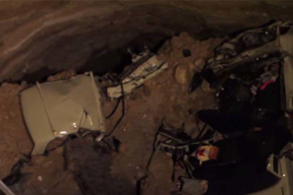 (VIDEO) OTVORILA SE ZEMLJA: Rupa na auto-putu progutala auto i ubila šest osoba