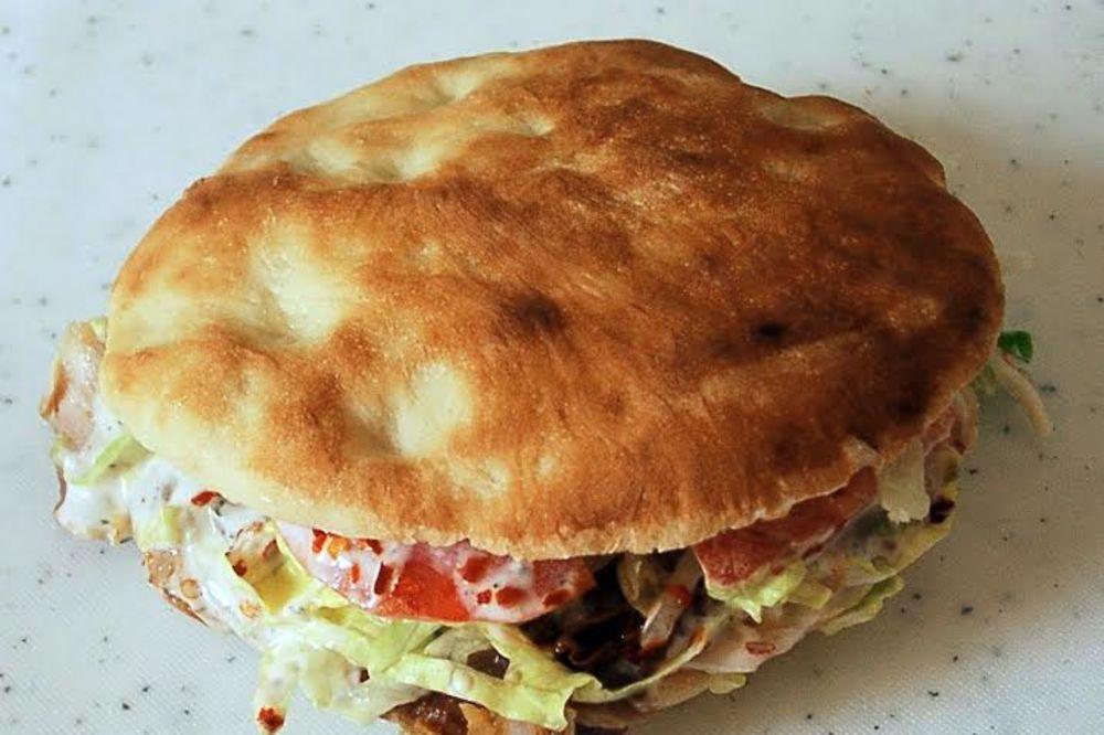 ZAPALA MU VEČERA: Lukas kažnjen jer je jeo kebab na trotoaru!