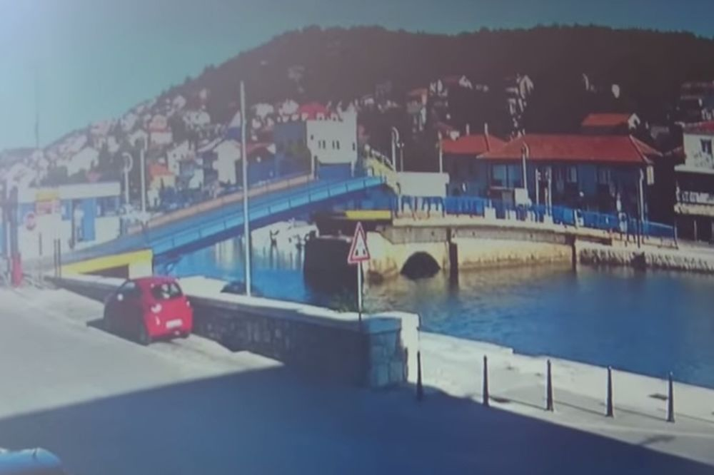 (VIDEO) Pežoom preletila most podignut 2,5 metara pa otišla na kafu