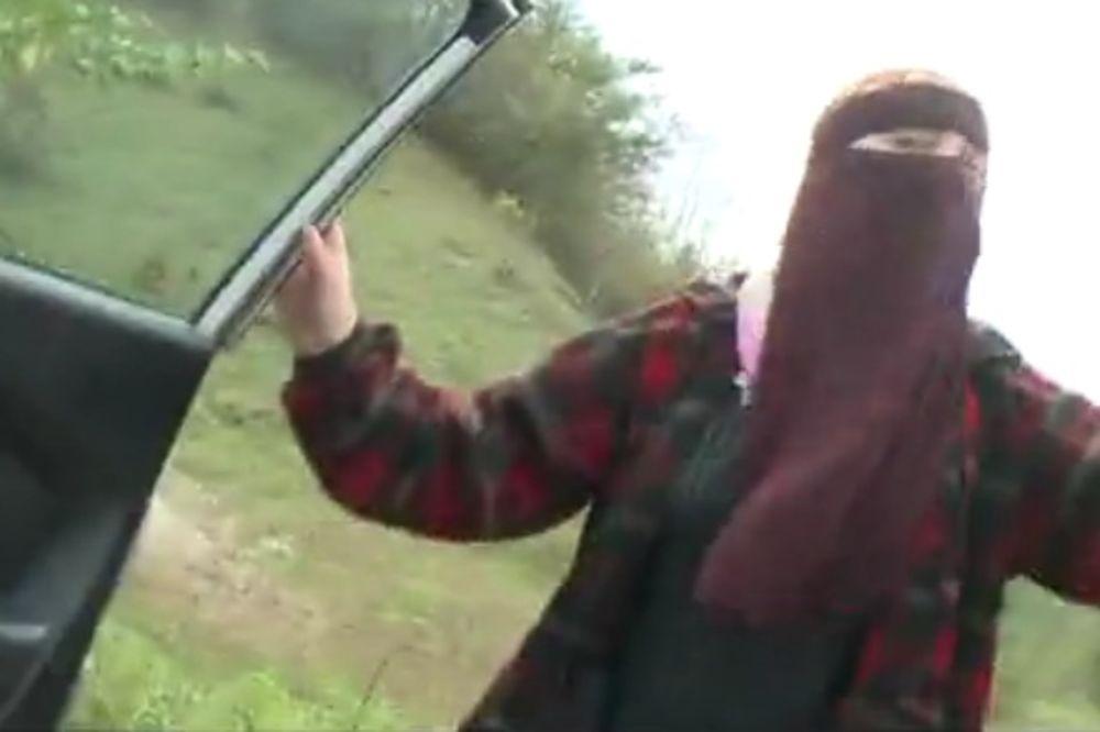 (VIDEO) OPASNIJA OD BILALA BOSNIĆA: Žena vođe vehabija kamenom gađala novinare!