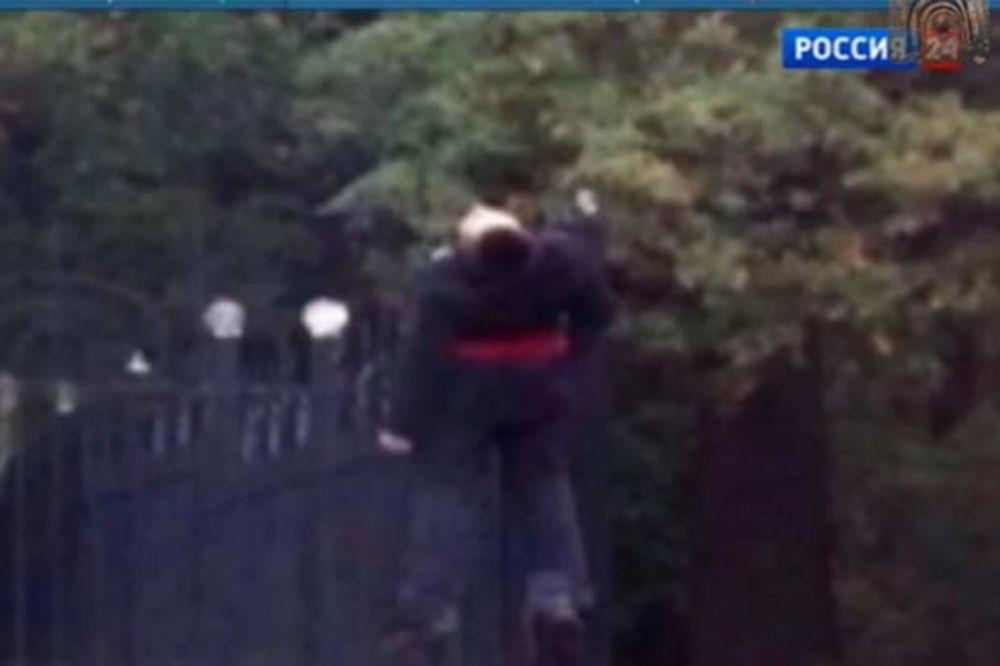 STRAVA U HARKOVU: Na ogradu crkve Rođenja Hristovog obesili mladića!
