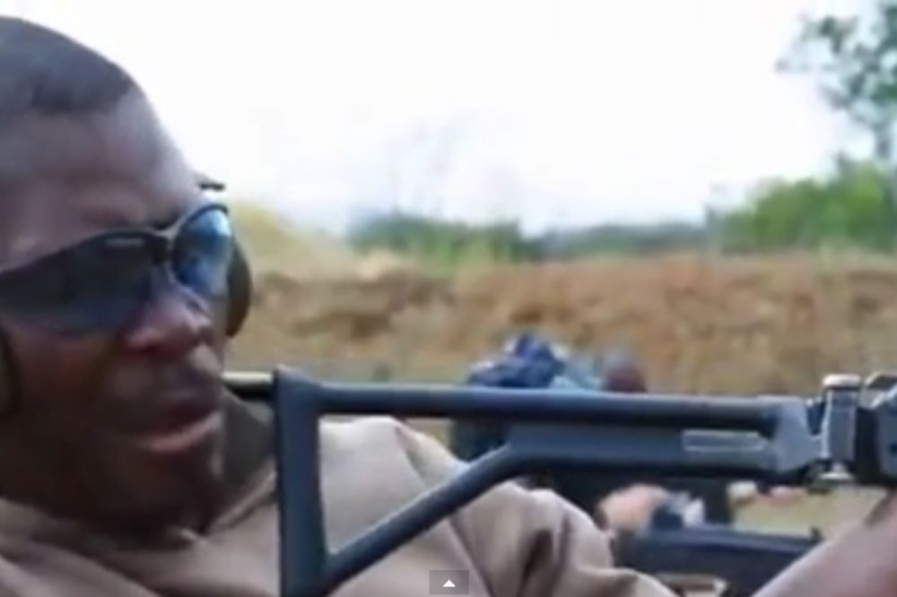 HIT VIDEO: Njemu niko nije pokazao kako se puca iz automatske puške