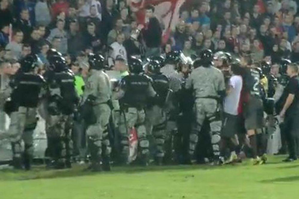 (VIDEO) ZAUSTAVILI ŽANDARME: Fudbaleri Zvezde sprečili hapšenje navijača u Čačku