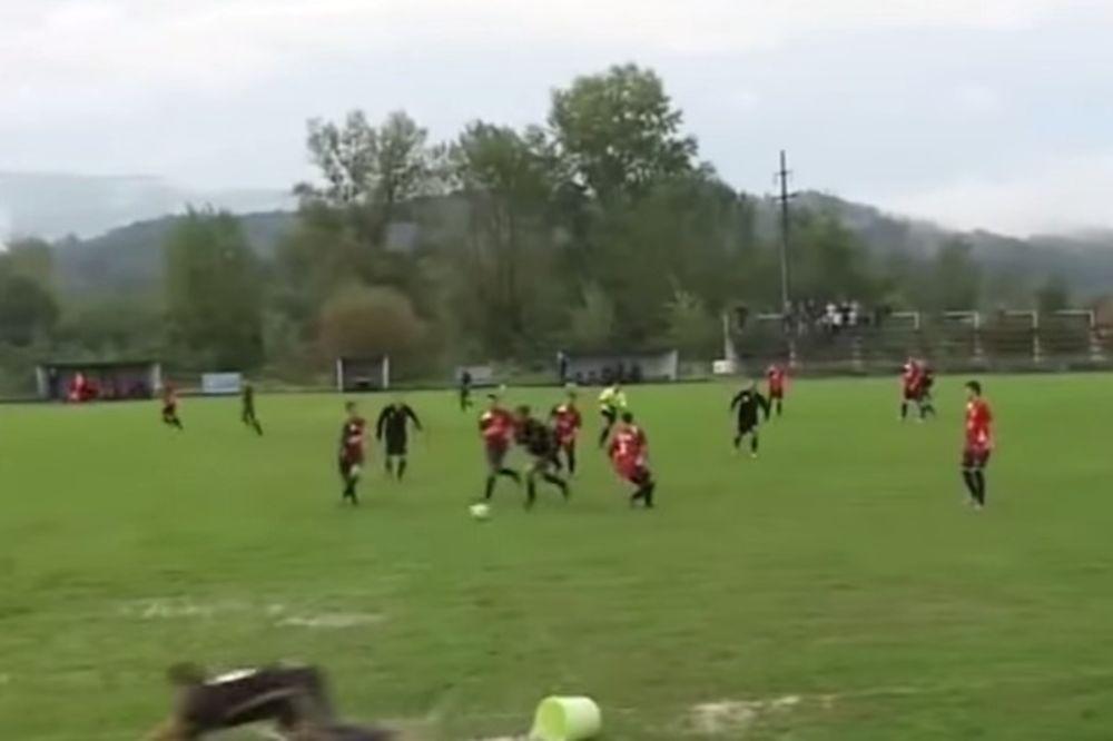 URNEBESNO: Fudbaler koji pada preko kante dobio montažu sa najpoznatijim srpskim komentatorom