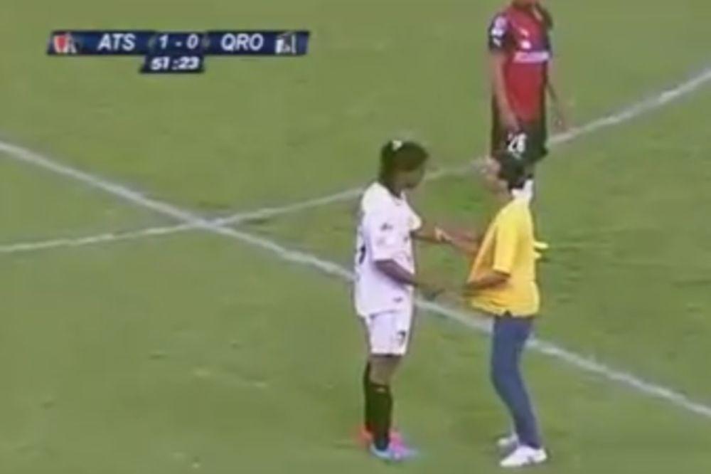 (VIDEO) FUDBALSKI KRALJ: Navijač uleteo, Ronaldinjo mu dao autogram, pa dao gol u nastavku