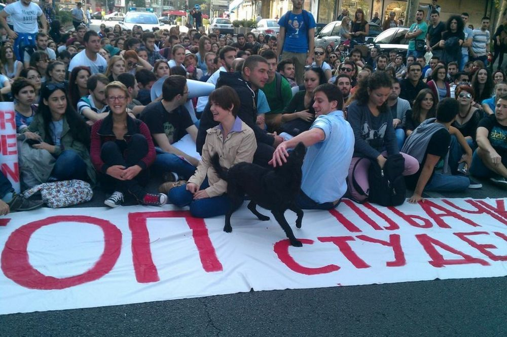 (VIDEO) KOLAPS U CENTRU GRADA: 500 studenata blokiralo saobraćaj!