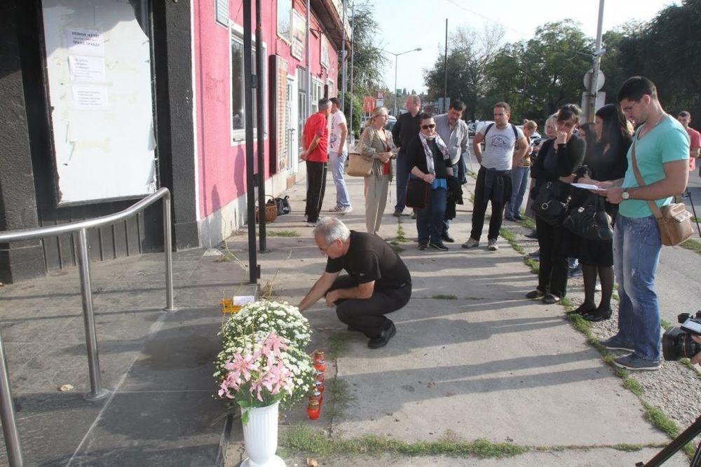 TRAGEDIJA U KONTRASTU: Roditelji poginulih palili sveće ispred kluba!