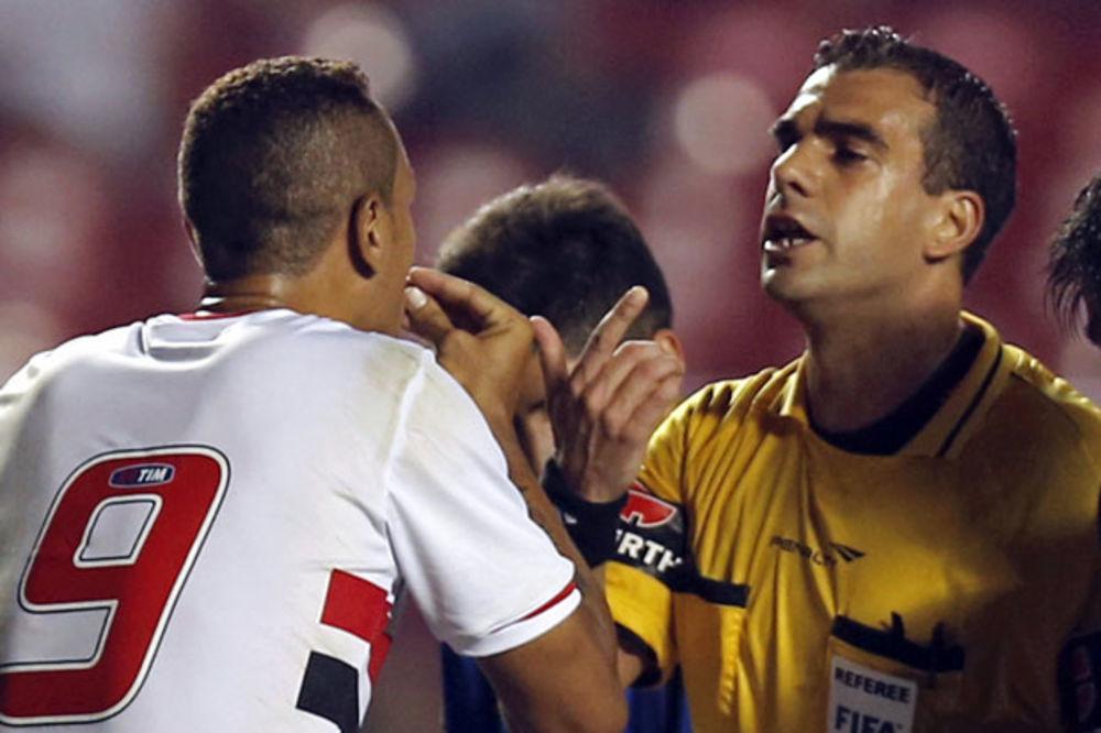 (VIDEO) KRVNIČKI POTEZ: Fudbaler Sao Paula nokautirao protivničkog igrača