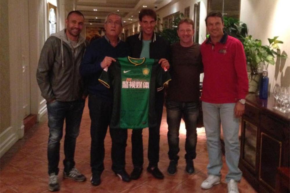 RAFA OBOŽAVA FUDBAL: Nadal dobio na poklon dres Peking Guana