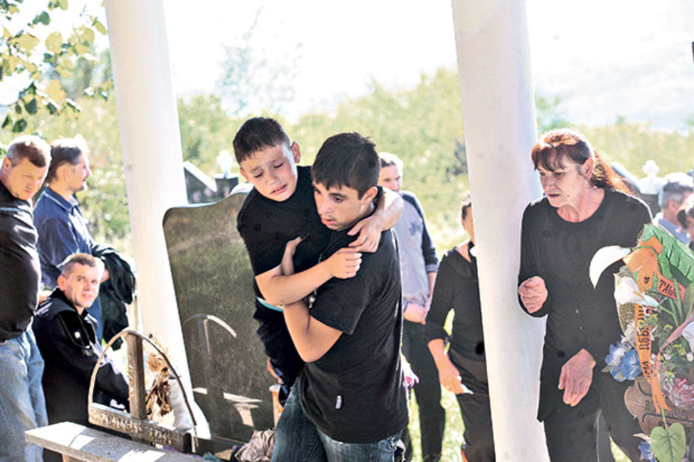 SAHRANJEN RUDAR: Sinu pozlilo nad očevim grobom!