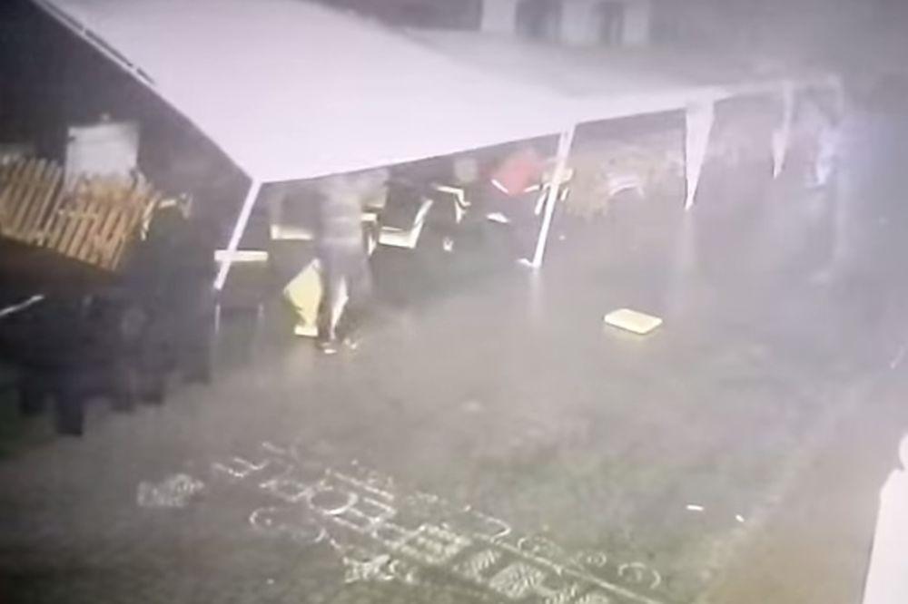 (VIDEO) BACIO GA NA STEPENICE: Pogledajte kako uragan nosi čoveka!