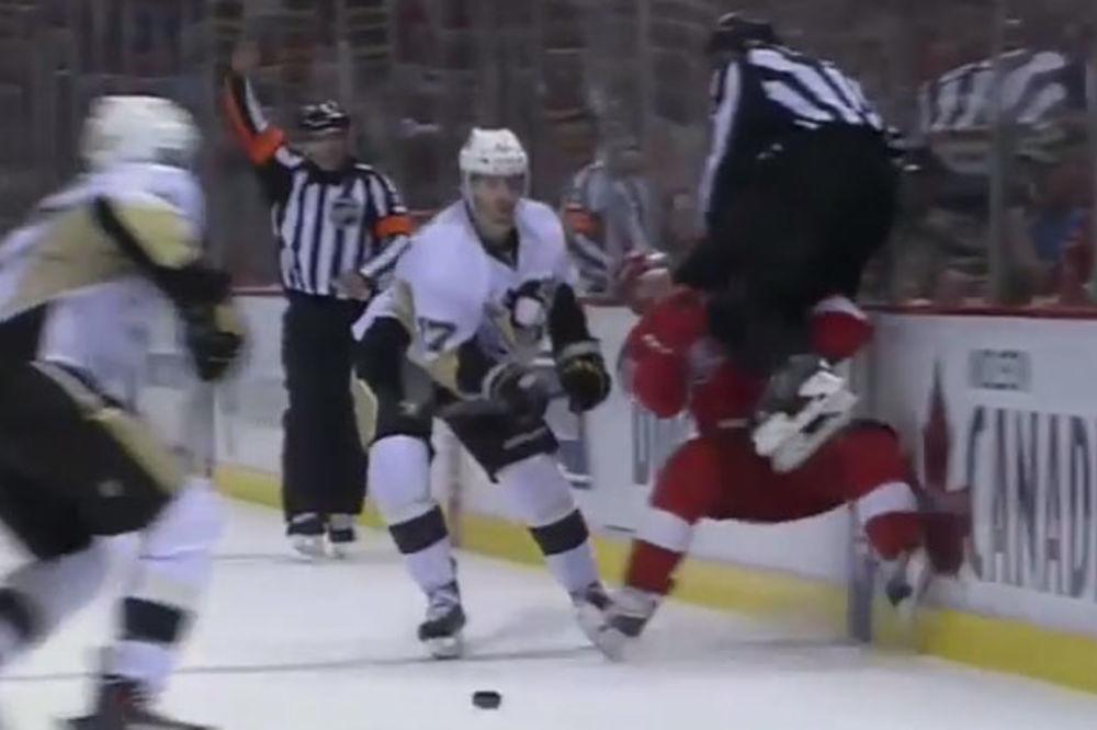 (VIDEO) KOLENOM U GLAVU: Sudija nokautirao hokejaša Detroita!