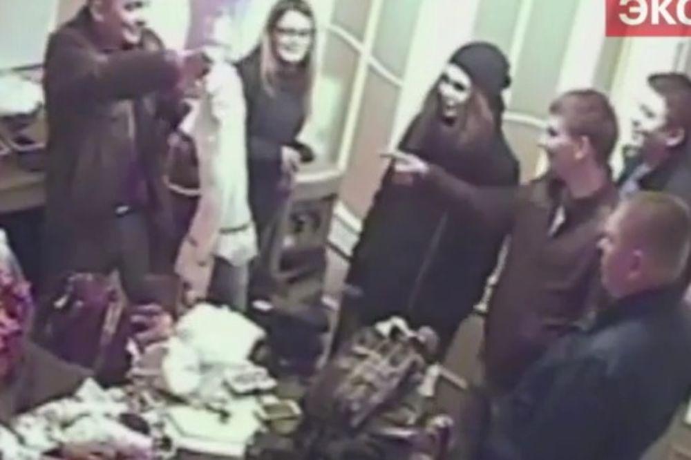 (VIDEO) RACIJA U RUSIJI: Policajci došli da zatvore bordel, a onda se zapili sa prostitutkama!