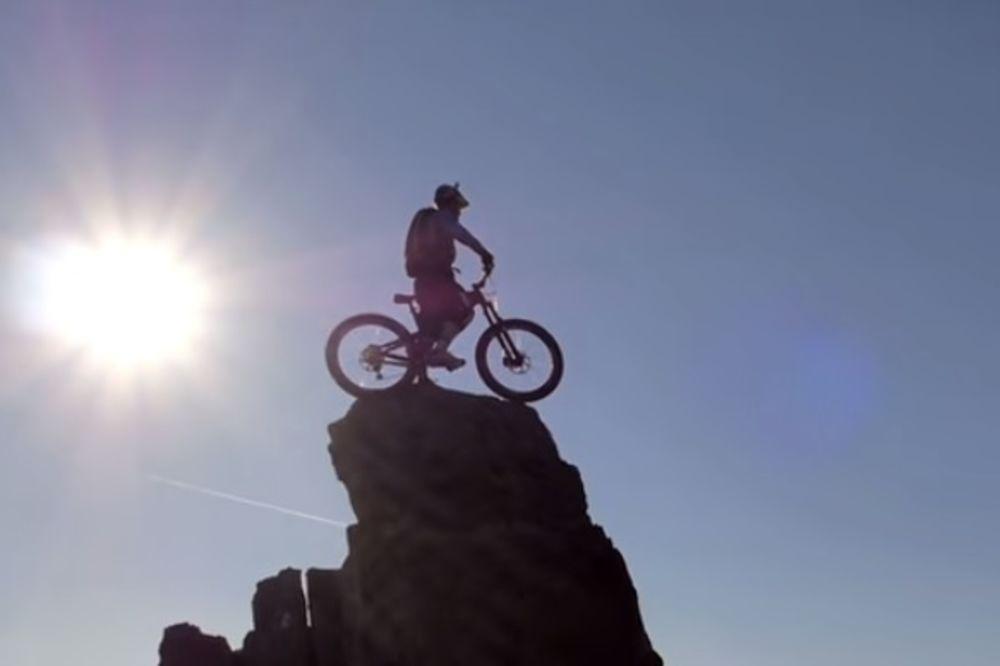 JEDNA GREŠKA I MRTAV JE: Neustrašivi biciklista vozi na ivici provalije u Škotskoj! (VIDEO)