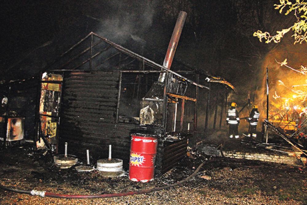 VATRA NIOTKUD: Izgoreli kafići na Adi Ciganliji