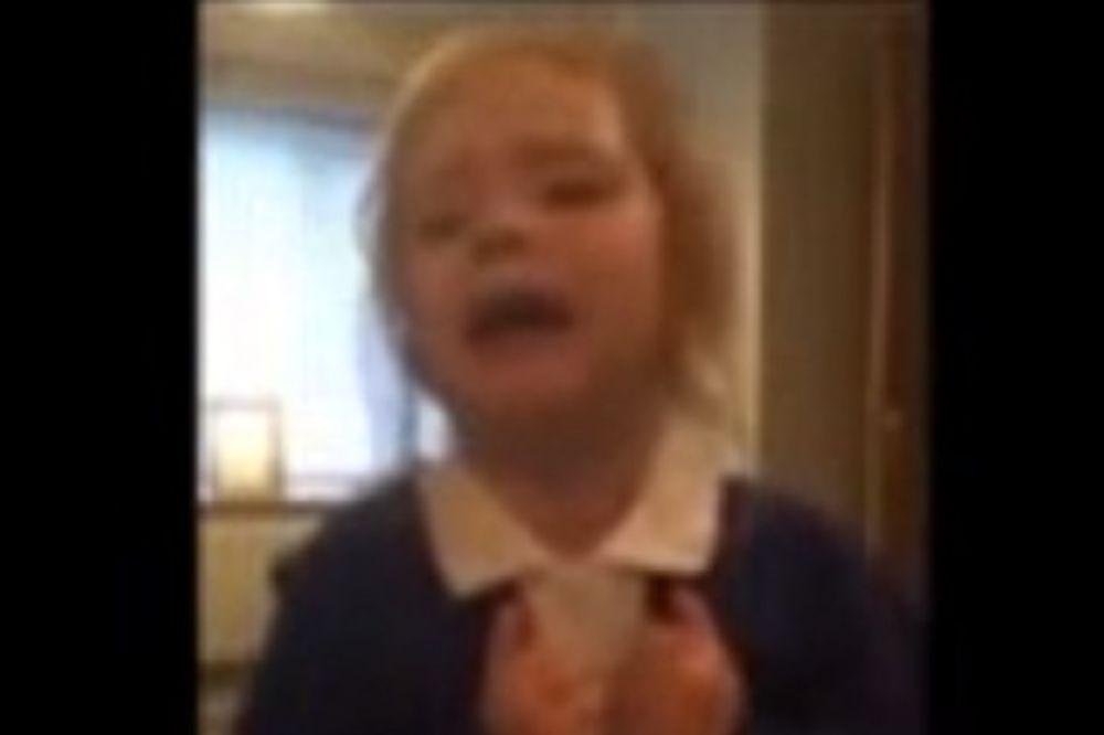 VIDEO KOJI JE OBIŠAO PLANETU: Devojčica (3) pokazala svima šta znači biti verni navijač!