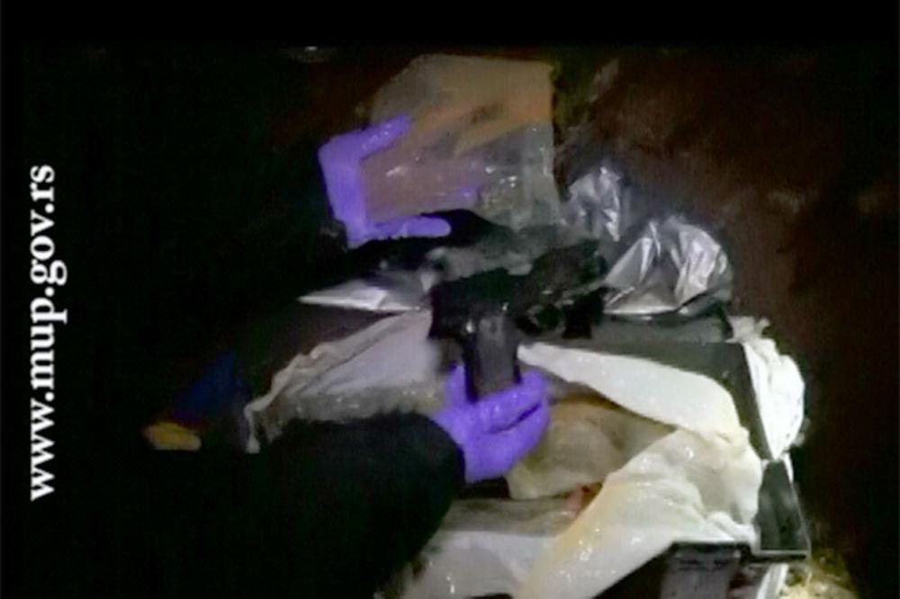 (VIDEO) Pogledajte kako je pronađeno ukradeno oružje sa aerodroma!
