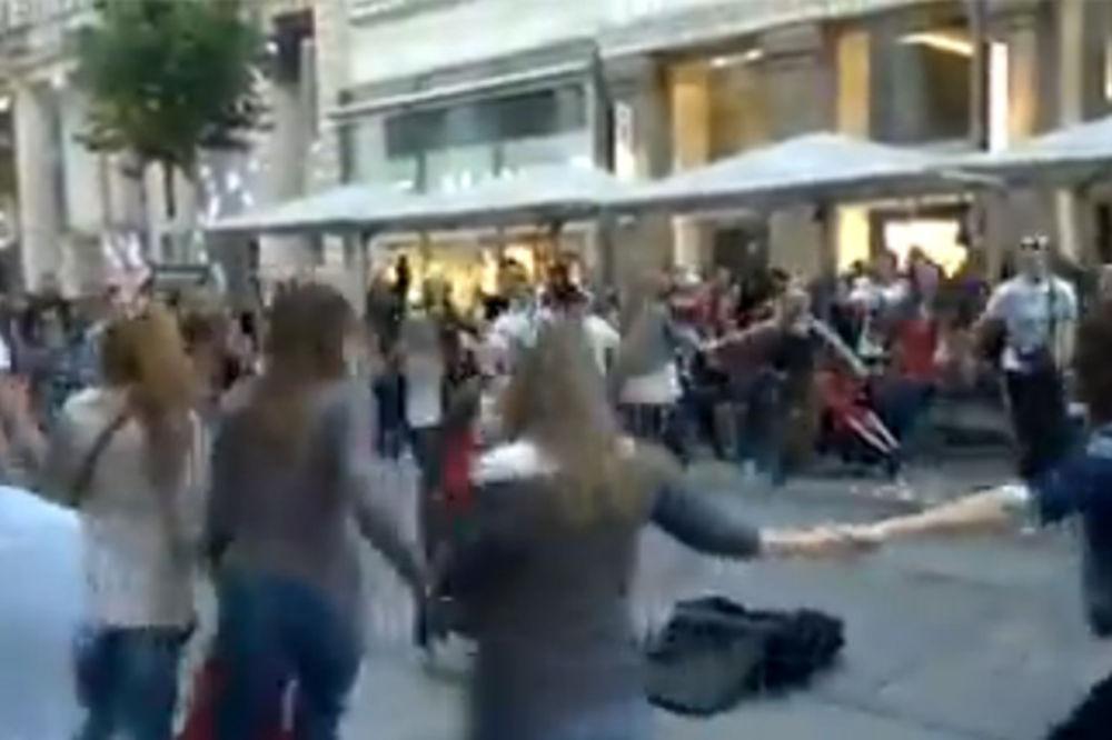 (VIDEO) OVO JE HIT: Pogledajte kako se usred Beča igra užičko kolo!