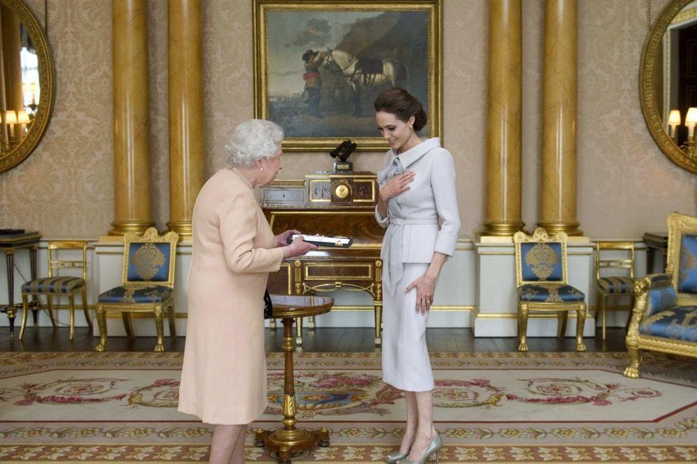 (FOTO) POČASNA DAMA: Kraljica Elizabeta odlikovala Anđelinu Džoli