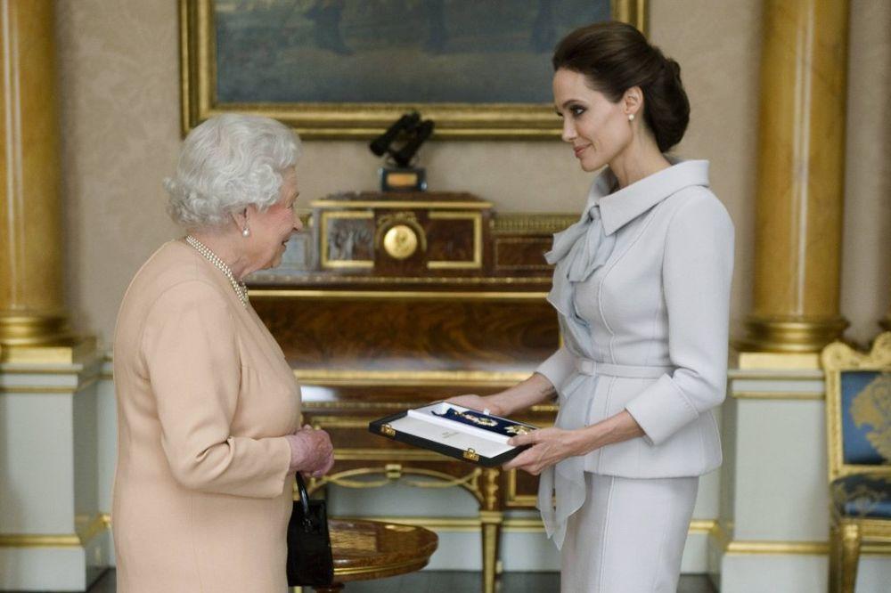 SUSRET U LONDONU: Elizabeta II odlikovala titulom Anđelinu Džoli