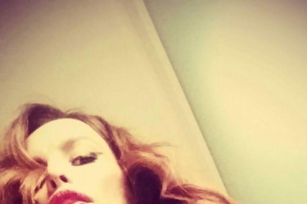 MOŽE LI IZAZOVNIJE: Severina u Parizu provocira dubokim dekolteom